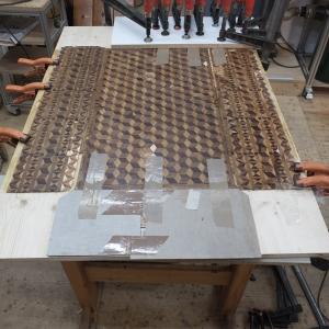 Neuverleimung der gelösten Intarsien mit einer neuen Trägerplatte