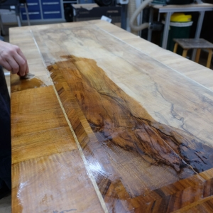 Erste Oberflächenbehandlung vor dem Aufbringen der historischen Lackoberfläche