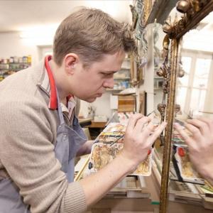 Fabian Beer , staatlich geprüfter Restaurator für Möbel und Holzobjeke B.Sc., in seiner Werkstatt in München