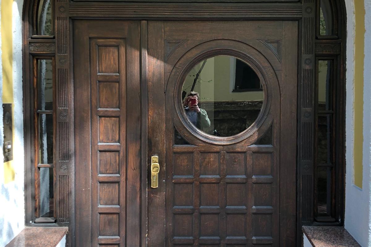 Haustüre vor der Restaurierung mit Beschädigungen und Verschmutzung