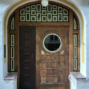 Haustüre während des Restaurierungsprozesses - Vorher-Nachher-Effekt