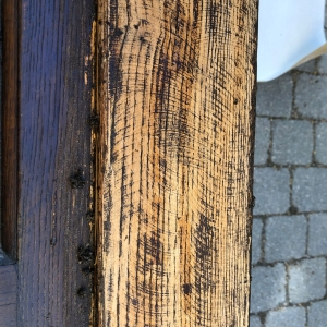 Werkspuren einer früheren, groben Überarbeitung der Haustüre