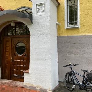 Haustüre im Umfeld des Eingangsportals nach der Restaurierung