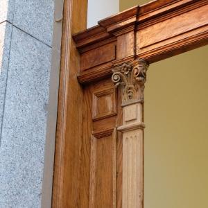 Detail der Schnitzerei an der Schlagleiste während der Restaurierung