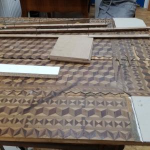 Tischplatte während der Restaurierung mit gesicherten Intarsien