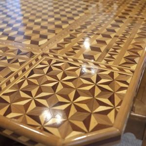 Detail der Intarsienarbeit am Tisch mit neuem Oberflächenaufbau