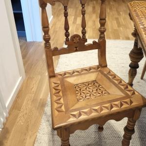 Stuhl mit ergänzten Drechselarbeiten und Intarsien nach der Restaurierung
