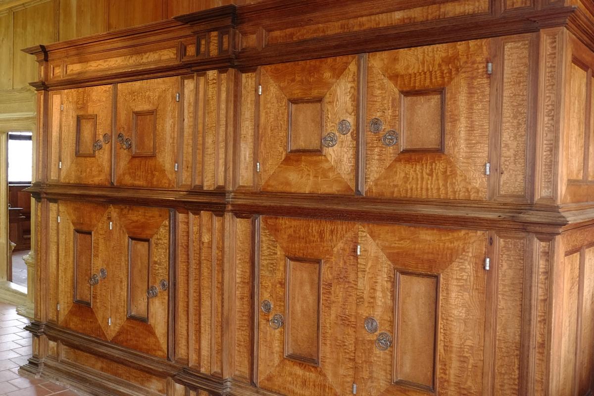 Schrank vor der Restaurierung in einem Nebenzimmer auf der Burt Trausnitz