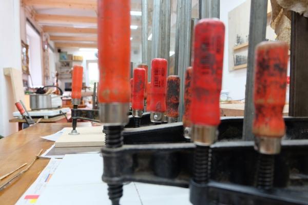 Reparatur von alten und neuen Holzobjekten