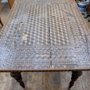 Tischplatte im Fundzustand mit Fehlstellen und Rissen