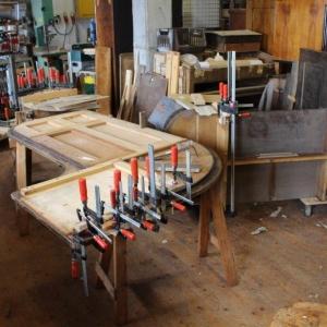 Leimarbeiten und Neuaufbau der Trägerkonstruktion unter der Tischplatte