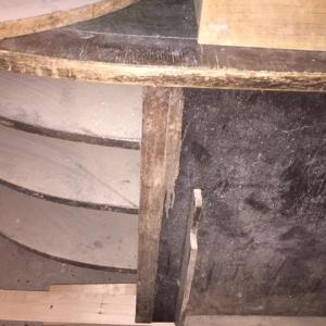 Gelöste und abgefallene Furniere infolge feuchter Lagerung