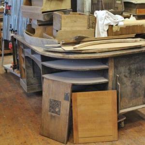 Schreibtisch bei Anlieferung in der Werkstatt