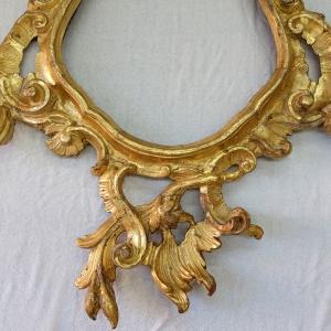 Geschnitzer Spiegelrahmen mit typischer Ornamentik des Rokkoko