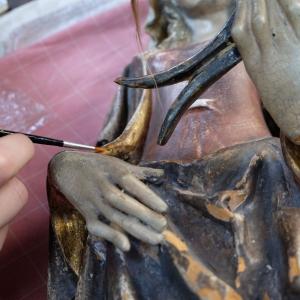 Retusche an der Skulptur nach flächiger Sicherung