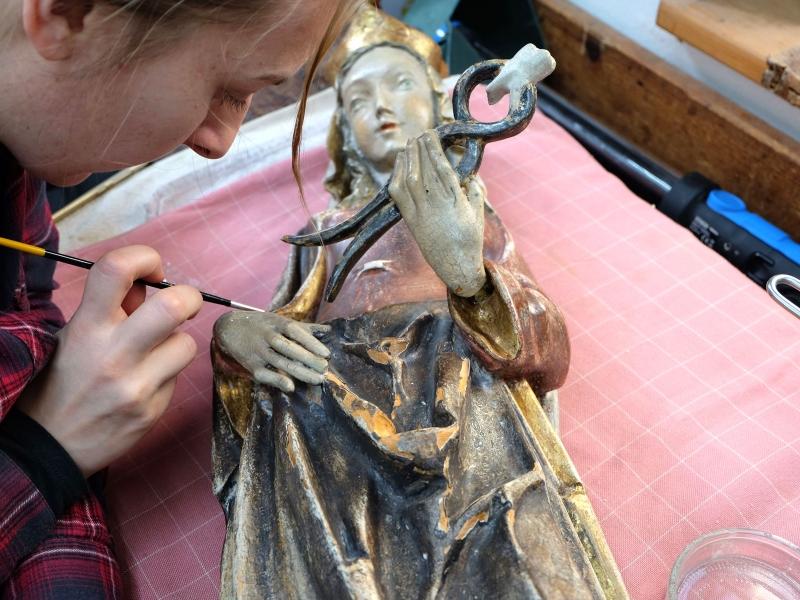 Hl. Apollonia nach der Sicherung und Reinigung mit angeleimter Hand | Restaurierung Beer