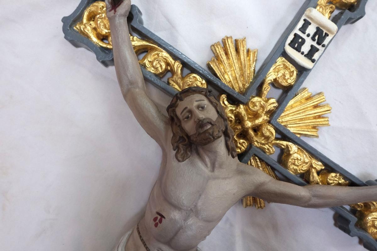 Feldkreuz bzw. Kruzifix mit neuer Vergoldung und Farbfassung | Restaurierung Beer