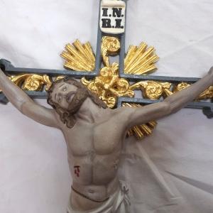 Jesus am vergoldeten Kreuz montiert