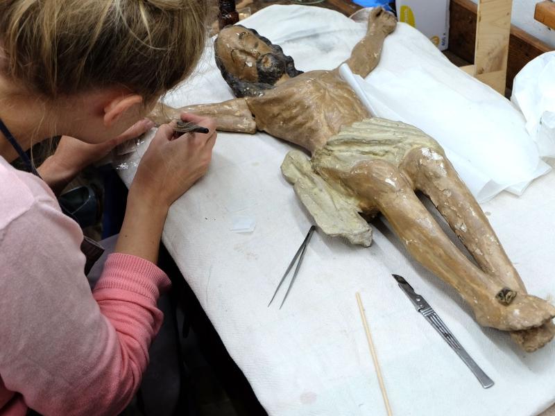 Jesusfigur mit kreidender Fassung während der Sicherung | Restaurierung Beer