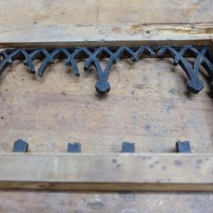 Originale Überreste der Durchbrechungen an den Schubladenwangen