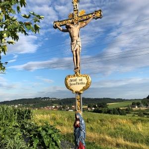 Montiertes Feldkreuz in situ nach Fertigstellung