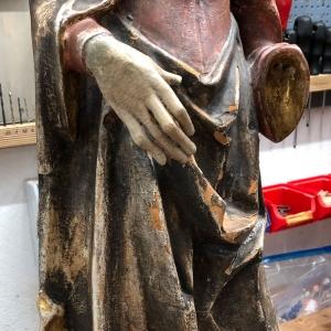 Skulptur mit Fassungschäden und Verschmutzung