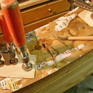 Verleimarbeiten an den Intarsien der Schubladen