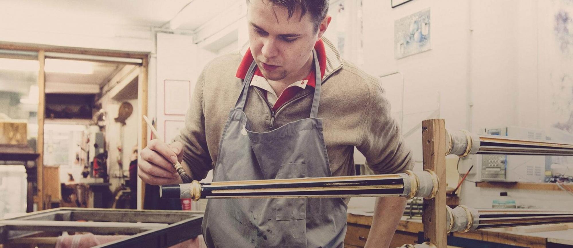 Fabian Beer in seiner Restaurierungswerkstatt in München