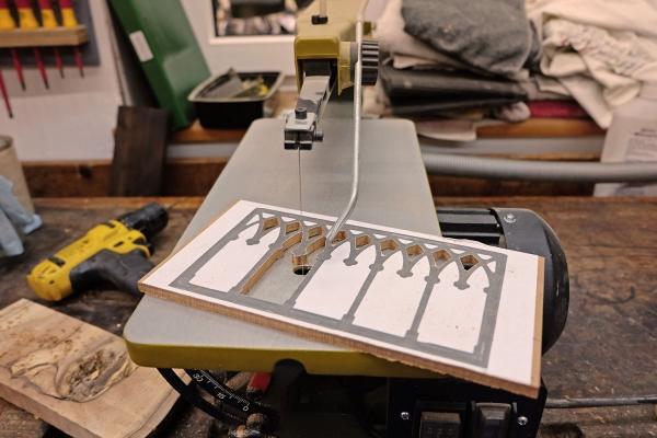 Nachbau einer fehlenden Verzierung an einer Schubladenwange | Rekonstruktion