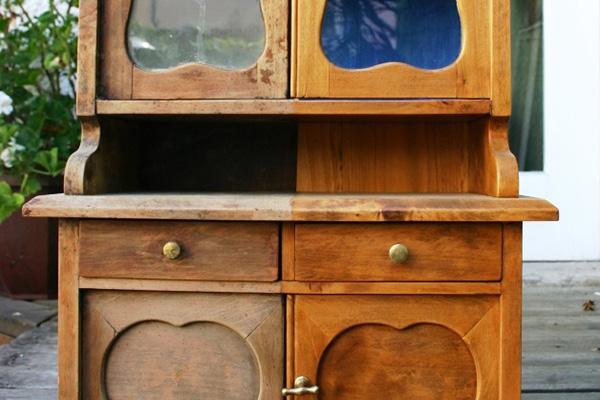 Vorher-Nachher-Effekt an einem Miniaturmöbel des 19. Jahrhunderts